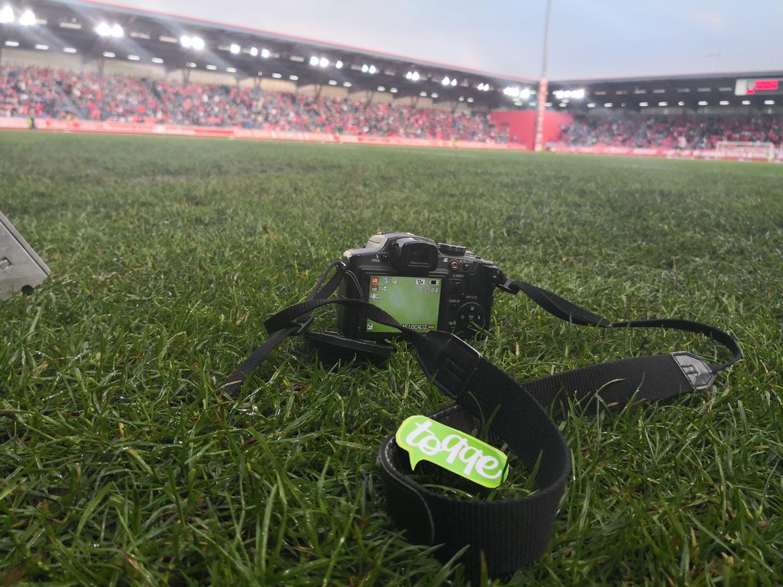 Cámara fotográfica de Toqqe a pie de campo en el estadio de Los Pajaritos
