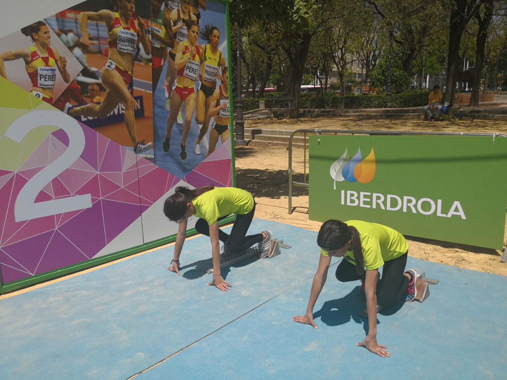 Tour Iberdrola en Sevilla – monitoras enseñando a realizar una salida desde tacos en el stand