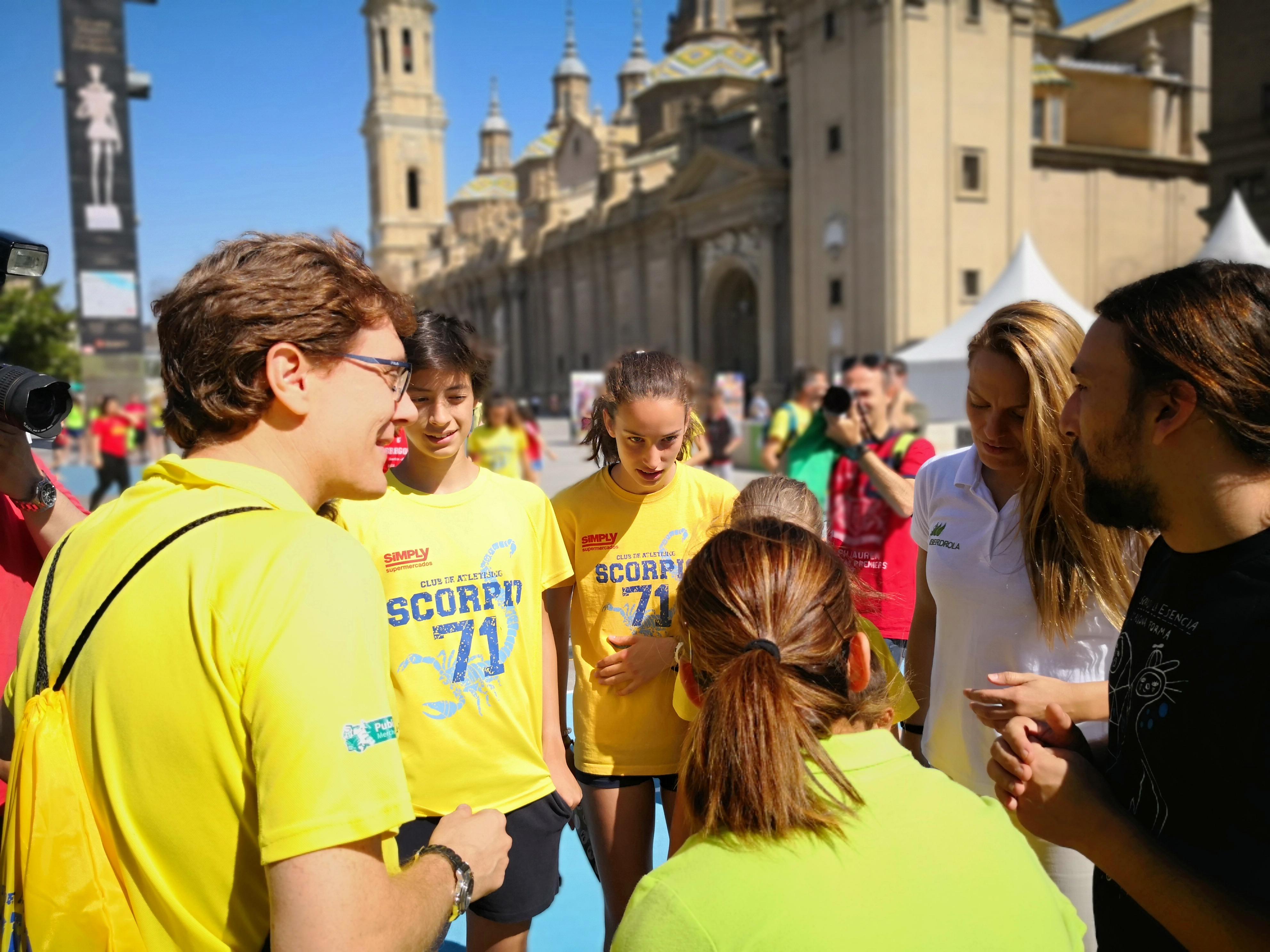Tour Iberdrola en Zaragoza – representantes del club de atletismo local hablando con embajadoras Jennifer Pareja y Sandra Sánchez y políticos locales